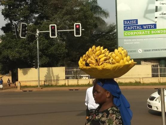 Kona með banana