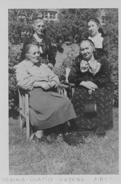 Amma og systur hennar við Háteig